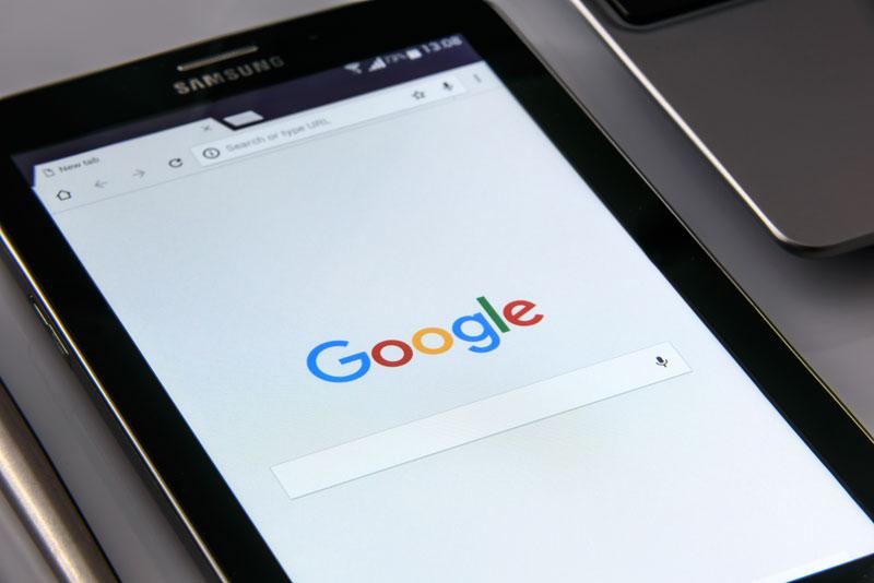 نوار جستجوی گوگل بر روی یک تبلت