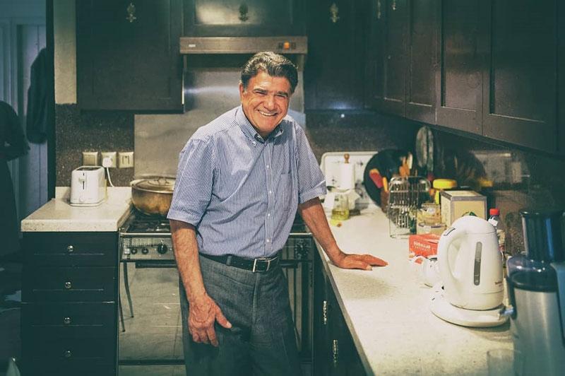 تصویر محمد رضا شجریان در منزل شخصیاش که در شمارهی سوم سان با موضوع فراموشی و در نوشته ی سحر سخایی به چاپ رسیده است.