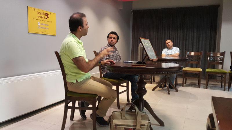 محمد رضا شهریاری نویسنده کتاب هرگز یک ایرانی را دستکم نگیر در حال صحبت در کافه ایونت درباره مهاجرت است.